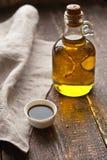 在玻璃瓶的橄榄油 免版税库存照片