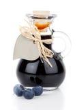 在玻璃瓶的蓝莓糖浆 免版税库存图片