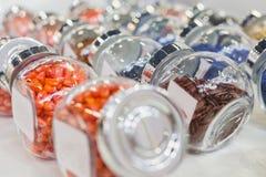 在玻璃瓶-化学和配药概念的五颜六色的药片 免版税库存图片