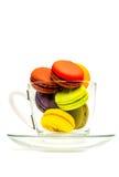 在玻璃的五颜六色的甜macarons 免版税库存图片