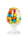 在玻璃的五颜六色的糖果 免版税库存照片