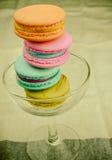 在玻璃的五颜六色的蛋白杏仁饼干 免版税图库摄影