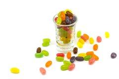 在玻璃的五颜六色的软心豆粒糖 免版税库存照片