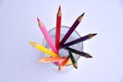在玻璃的五颜六色的铅笔在白色背景 免版税图库摄影