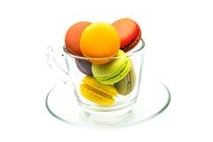 在玻璃的五颜六色的macarons 免版税库存图片