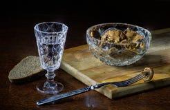 在玻璃的伏特加酒用盐味的蘑菇 库存图片