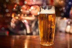 在玻璃的低度黄啤酒 免版税库存图片