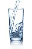 在玻璃的倾吐的水 免版税库存图片