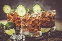 在玻璃的兰姆酒和可乐鸡尾酒 免版税库存照片
