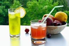 在玻璃的冰冷的果子柠檬水 图库摄影