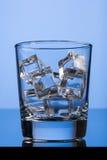 在玻璃的冰块 库存照片