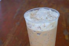 在玻璃的冷的咖啡在木头 免版税库存图片