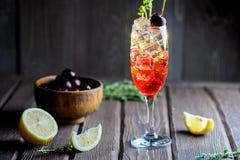 在玻璃的冷的樱桃鸡尾酒与冰块 免版税库存图片