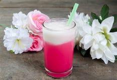 在玻璃的冷的牛奶桃红色 库存照片