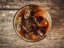 在玻璃的可乐与从顶视图的冰 免版税库存照片