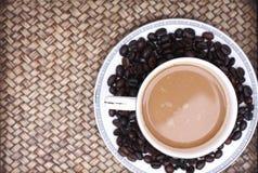 在玻璃的咖啡豆 库存照片