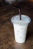 在玻璃的土块牛奶 免版税库存照片