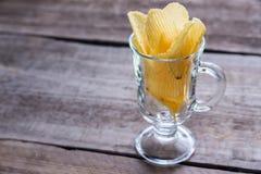 在玻璃的土豆片 免版税库存图片