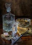 在玻璃的在黑面包的伏特加酒用盐味的蘑菇和bakon 免版税库存照片