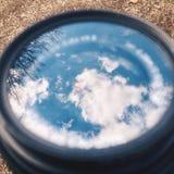 在玻璃的天空反射 库存照片