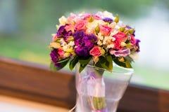 在玻璃的婚礼花束 免版税图库摄影
