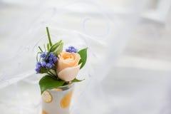 在玻璃的婚礼钮扣眼上插的花 免版税图库摄影