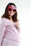 在玻璃的孕妇佩带的眼睛生日快乐词画象  免版税库存图片