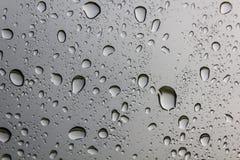 在玻璃的抽象水下落从自然 免版税库存图片