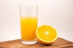在玻璃的新近地被紧压的橙汁和橙色 免版税库存图片