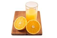 在玻璃的新近地被紧压的橙汁和橙色 库存照片