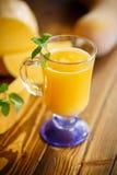 在玻璃的新鲜的南瓜汁 免版税库存图片