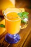 在玻璃的新鲜的南瓜汁 库存图片