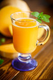 在玻璃的新鲜的南瓜汁 库存照片