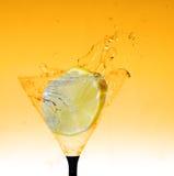 在玻璃的新鲜的柠檬与水飞溅 库存照片