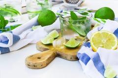 在玻璃的新鲜的柠檬水 库存图片