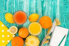 在玻璃的新鲜的汁液从柑橘水果 免版税库存图片