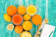 在玻璃的新鲜的汁液从柑橘 免版税库存照片