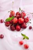 在玻璃的新鲜的湿樱桃 库存图片