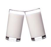 在玻璃的新鲜的牛奶在白色背景 库存照片