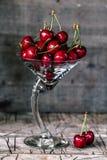 在玻璃的新鲜的甜樱桃果子 免版税库存照片