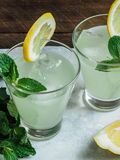 在玻璃的新鲜的自创柠檬水 库存图片