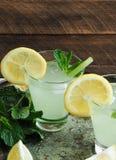 在玻璃的新鲜的自创柠檬水 图库摄影