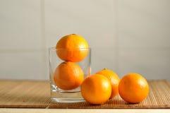 在玻璃的新鲜的蜜桔 免版税图库摄影