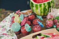 在玻璃的新鲜的西瓜汁在木 库存照片