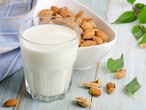 在玻璃的杏仁牛奶用杏仁 库存图片
