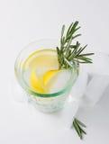在玻璃的柠檬嘶嘶响 图库摄影