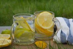 在玻璃的柠檬水,土气样式 免版税库存图片