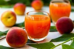 在玻璃的桃子汁 免版税库存图片