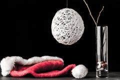 在玻璃的桤木分支与白色圣诞节球和圣诞老人 免版税库存图片