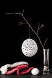 在玻璃的桤木分支与白色圣诞节球和圣诞老人 库存图片